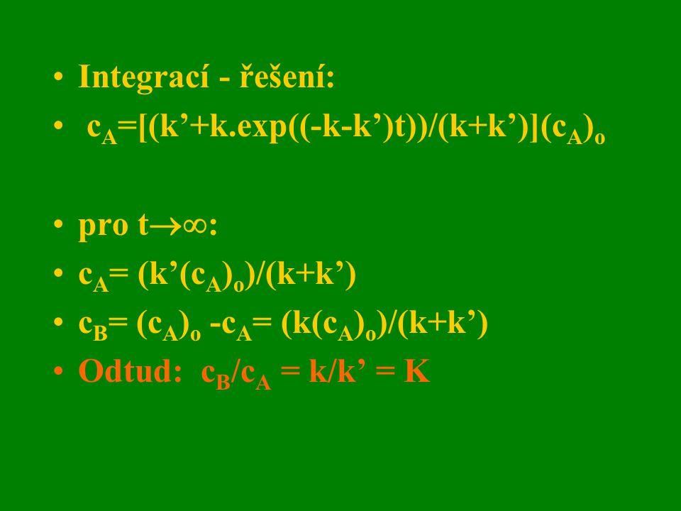 Integrací - řešení: cA=[(k'+k.exp((-k-k')t))/(k+k')](cA)o. pro t: cA= (k'(cA)o)/(k+k') cB= (cA)o -cA= (k(cA)o)/(k+k')
